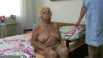 woman plays with dildo Mature masturbe exterieur