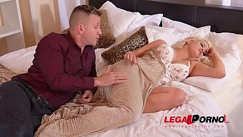la je et penetre elle dort Shaving of beautiful 19yo blonde pussy7